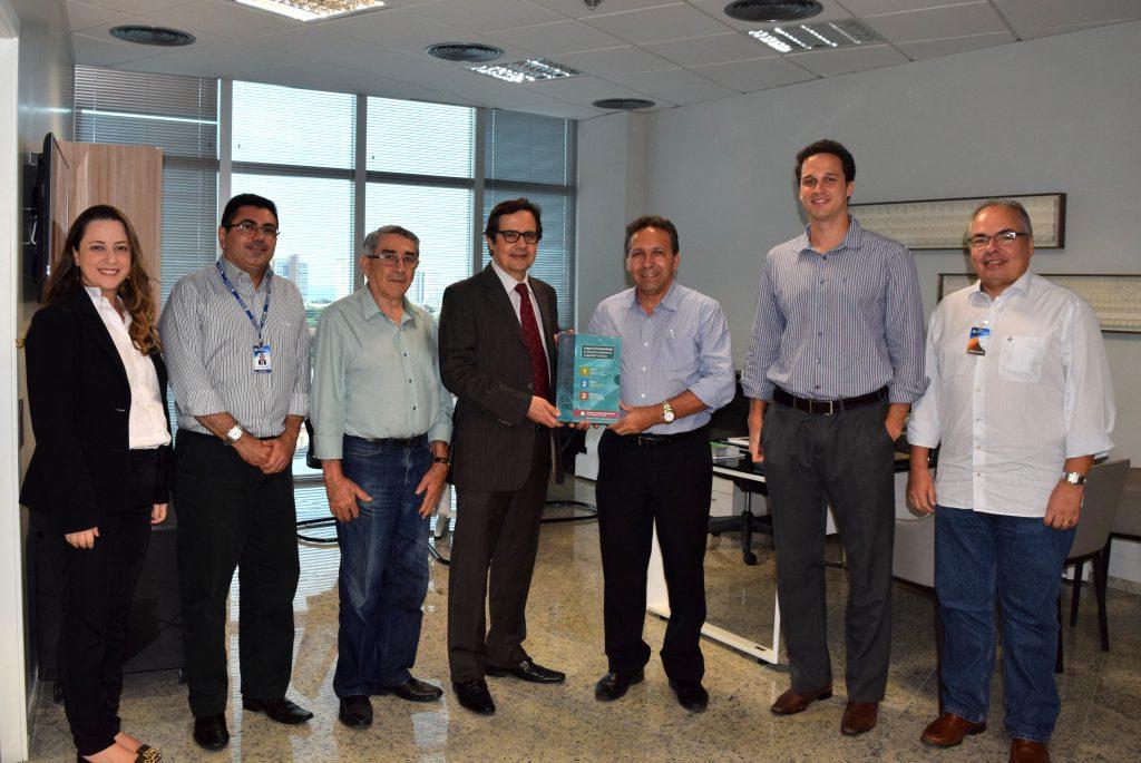 Presidente do CAU/CE, Odilo Almeida, entrega as Tabelas de Honorários aos presidente do TCE, Edilberto Pontes