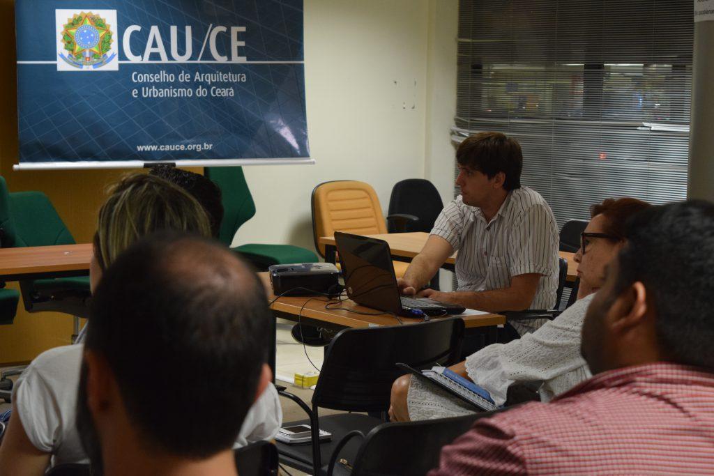 Luiz Claudio Lins, analista arquiteto, aborda conteúdos técnicos durante o curso