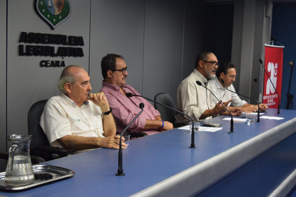Composição da mesa: Valton Miranda, psiquiatra; Custódio Santos, presidente do IAB-CE; Jeferson Salazar, presidente da FNA; Odilo Almeida, presidente do CAU/CE