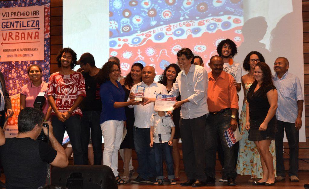 Representantes da Rede Dlis, responsável pela ação vencedora do VII IAB-CE Prêmio Gentileza Urbana