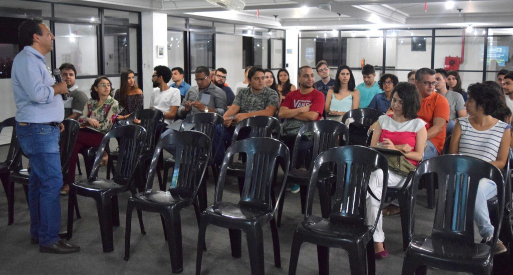 Participantes se apresentam no início da reunião